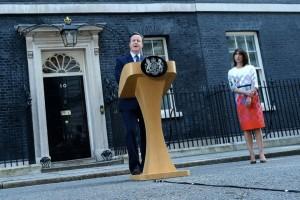 Le Premier ministre David Cameron et sa femme Samantha devant le 10 Downing Street à Londres le 24 juin 2016.