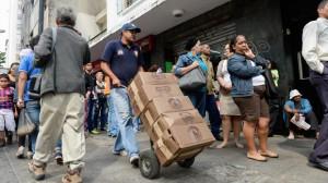 La queue devant un supermarché à Caracas. (AFP)