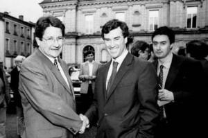 Le 1er juin 1997, Jérôme Cahuzac, candidat aux législatives, salue le maire de Villeneuve sur Lot, Michel Gonelle
