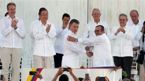 Signature historique d'un accord de paix entre lle président Juan Manuel Santos, à gauche, et le chef des FARC, Rodrigo Londono