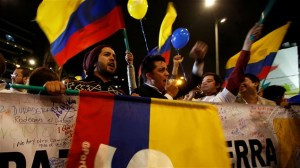 Des Colombiens qui célèbrent l'accord de paix
