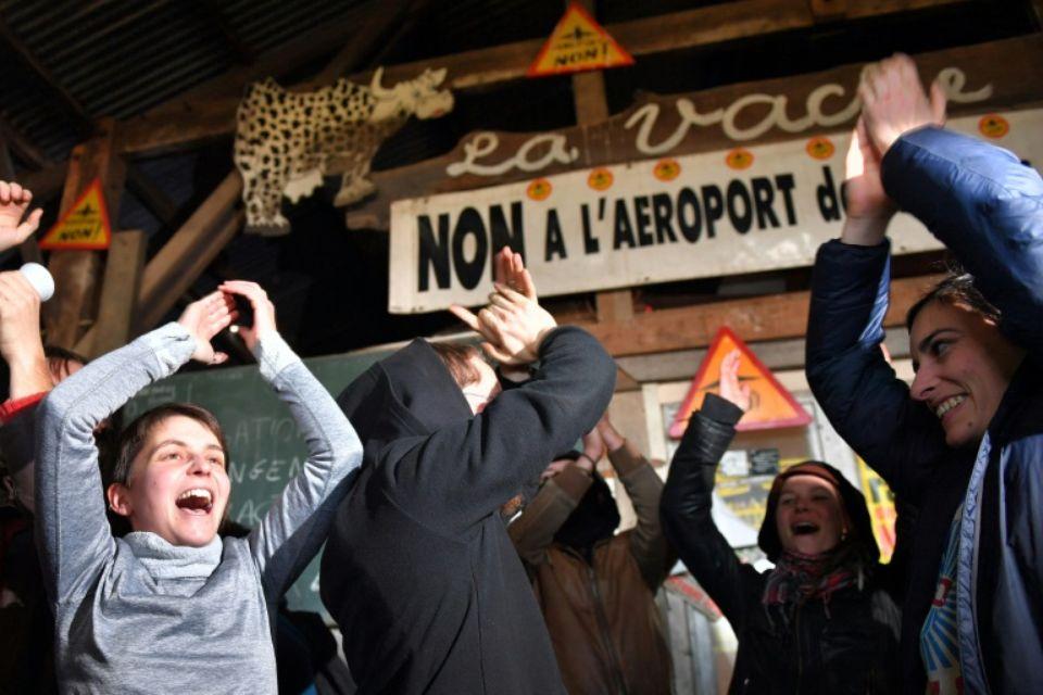 Des militants anti-aéroport se réjouissent de l'annonce de l'abandon du projet dans la ZAD le 17 janvier (Loïc Venance, AFP).