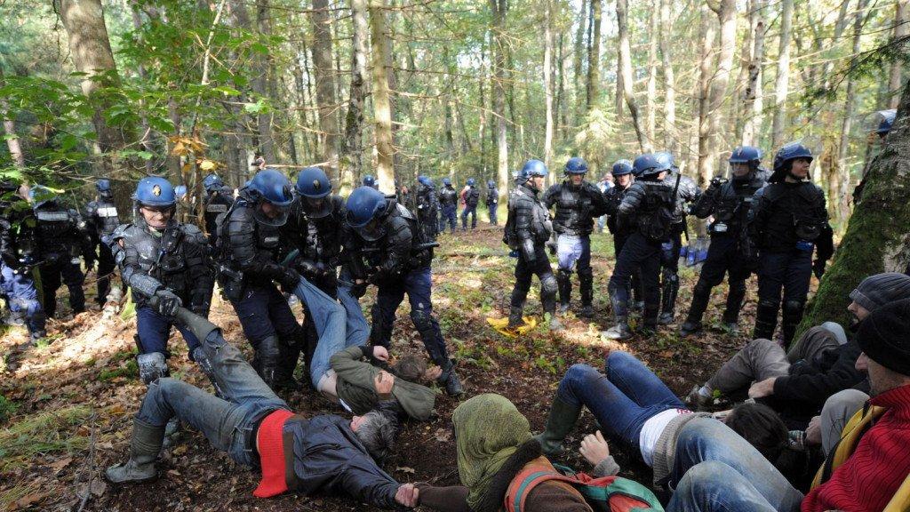 En 2012, 2 500 CRS et gendarmes mobiles ont tenté d'évacuer de force les zadistes ((J. Monier AFP)