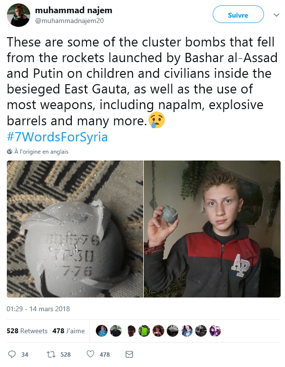 Muhammad se fait prendre en photo, le fragment d'une bombe à sous-munitions à la main. (Capture d'écran, Twitter - @muhammadnajem20)
